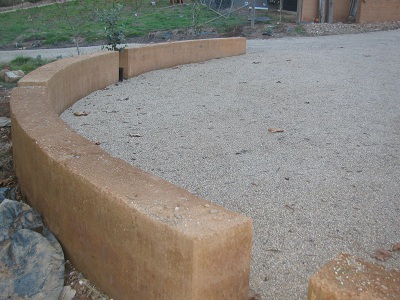 uncapped curved retaining wall